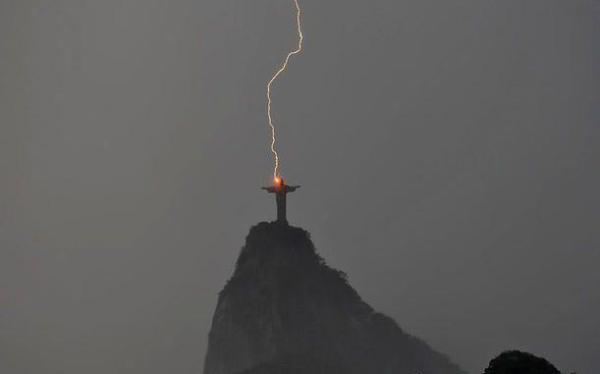 Figura Jezusa w Brazylii uderzona przez piorun_radiocristiandad.wordpress.com_2013-03-08