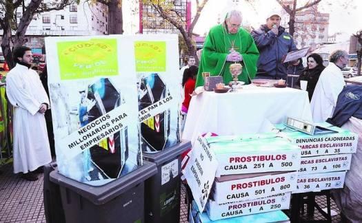 Kard. Bergoglio w Argentynie_Prowizoryczny ołtarz na ulicy_nullapossiamocontrolaverita.blogspot.com