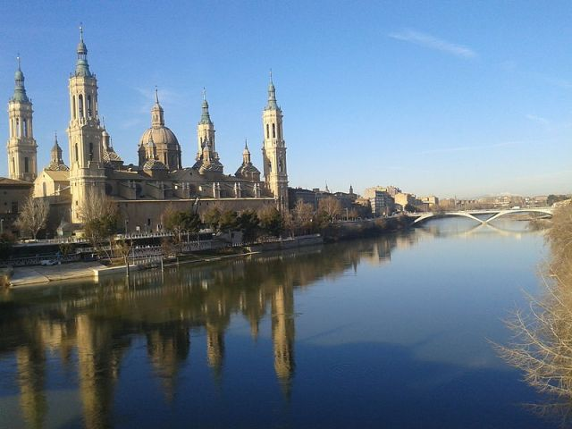 Bazylika Matki Bożej z Pilar zbudowana wzdłuż rzeki Ebro_en.wikipedia.org