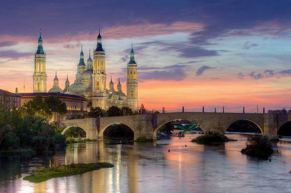 Bazylika MB z Pilar panorama - widok z rzeki Ebro_en.wikipedia.org