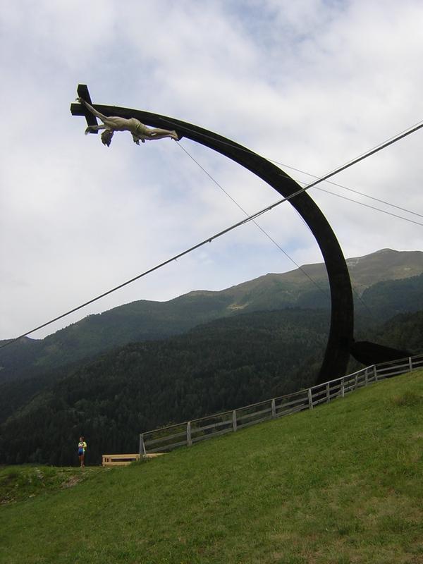 Krzyż papieski usunięty z Brescii i ponownie wzniesiony w górskiej miejscowości Cevo w 2005 roku - Włochy_przedsoborowy.blogspot.com