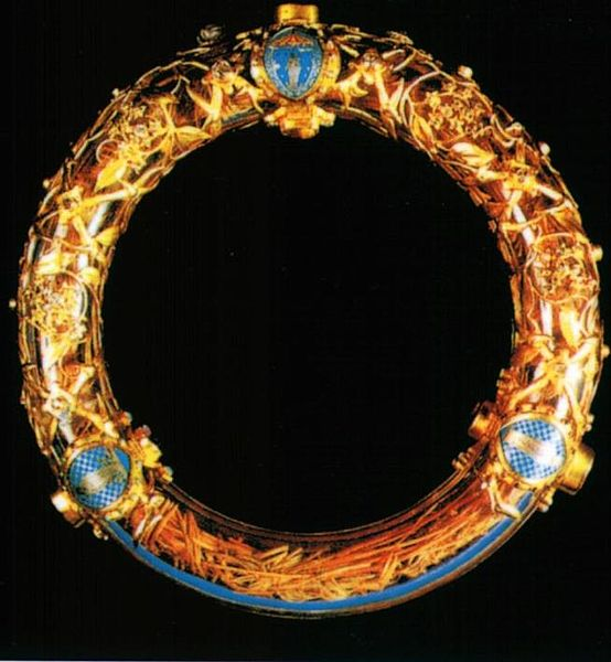 Relikwie korony cierniowej znajdujące się w katedrze Notre-Dame w Paryżu_upload.wikimedia.org