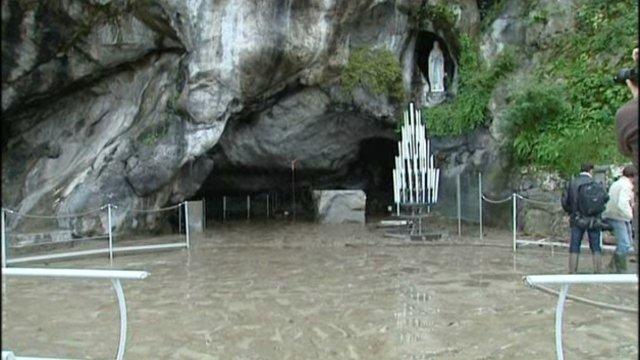 La grotte de Lourdes lors des inondations de Juin 2013_france3-regions.francetvinfo.fr