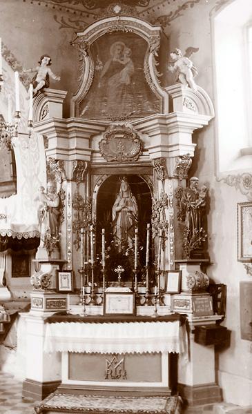 Figura Matki Bożej w ołtarzu bocznym kościoła w Bieńkówce