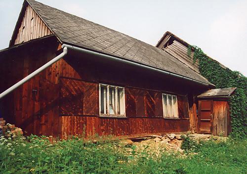 Skutki powodzi z 26 lipca 2001 roku - Nieznacznie uszkodzony dom rodzinny Rozalii