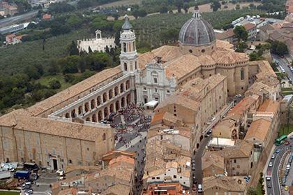 20070831-LORETO-CRO:AGORA' 2007 LORETO(AN) una veduta aerea della piazza di loreto piena di pellegrin.ANSA/CRISTIANO CHIODI