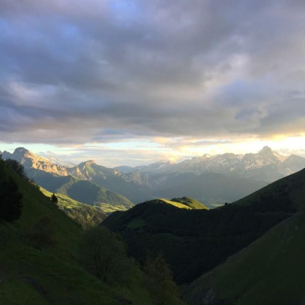 251.jpg w=1200 Widok z tarasu baru, na szczyty Alp