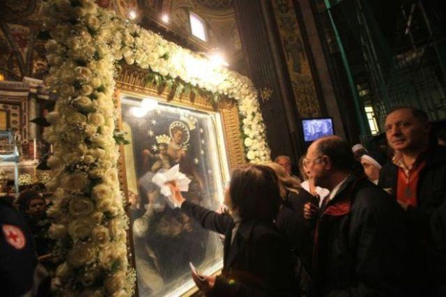 Fedeli-a-Pompei-per-il-bacio-al-Quadro-della-Madonna